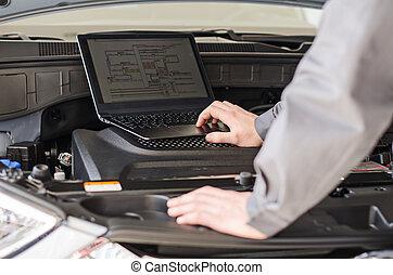 werktuigkundige, met, draagbare computer, diagnoses, auto, in, workshop.