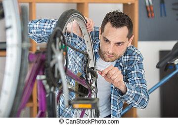 werktuigkundige, wiel, fiets, werkende , jonge