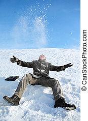 werpen, zittende , sneeuw, jonge, vrolijk, man, maakt, hem, omhoog