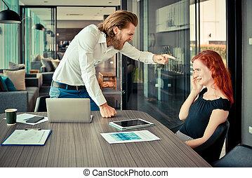 western, biznesmen, składanie winy na kogoś, jego, pracownik, w, biuro, problem