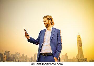 western, biznesmen, używając, niejaki, telefon, na, niejaki, poddasze, z, mglisto, miasto, tło