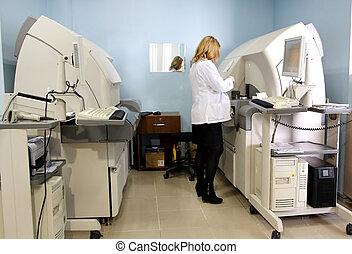 wetenschapper, laboratorium, testen, bloed, stalen