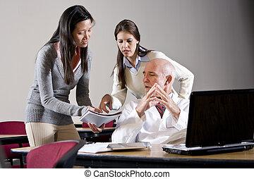 wetenschapper, sprekend aan, assistenten, in, conferentie...