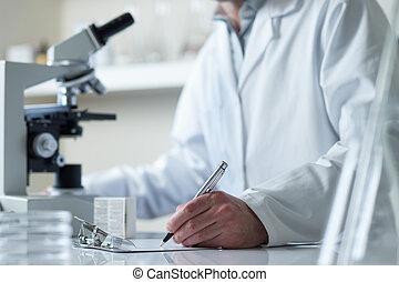 wetenschapper, zich het gedragen, onderzoek, met, microscoop