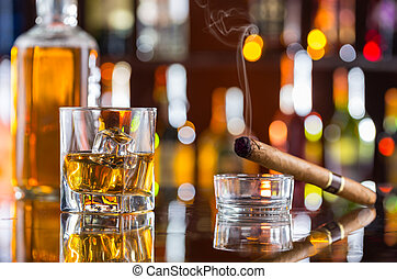 whisky, bebida, con, cigarro que fuma, en, barra