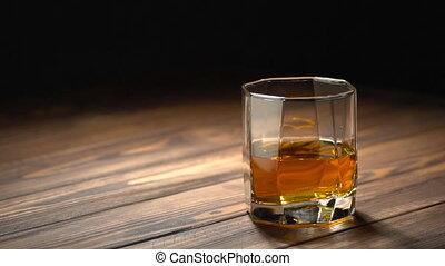 whisky, glaçon, tomber, verre