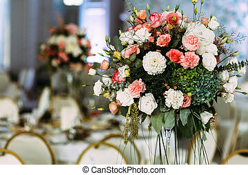 White and pink flowers in the vase