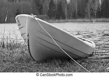 White black foto of boat on shore - White black foto of boat...