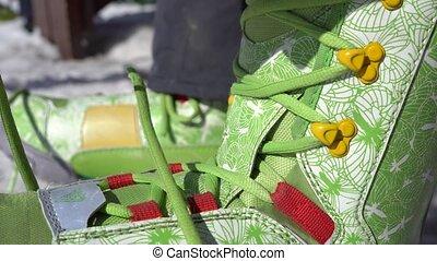 wiążąc shoelaces, snowboarder, boots.