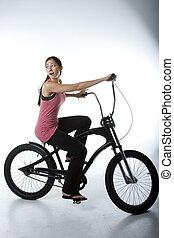 wideangle, von, frau, fahrenden fahrrad