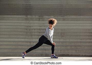 widok budynku, portret, od, niejaki, młoda kobieta, rozciąganie noga, mięśnie