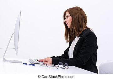 widok budynku, portret, od, niejaki, młody, kobieta interesu, pracujący, biuro