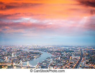 wieża most, i, londyn, sylwetka na tle nieba, w nocy