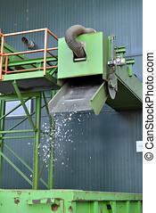wiederverwertet, plastik, verschwendung, gleichfalls, schnitt, in, klein, stücke, und, getrennt, in, behälter, auf, a, wiederaufbereitungsanlage