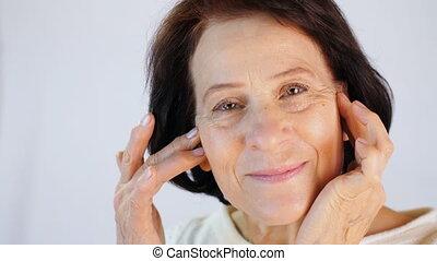 wiek średni, kobieta, przykładając krem