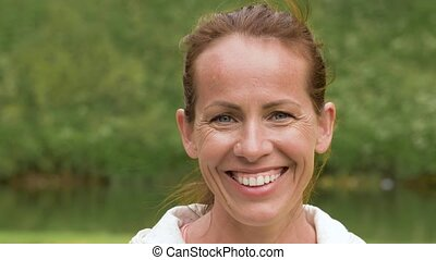 wiek średni, uśmiechnięta kobieta, park, portret