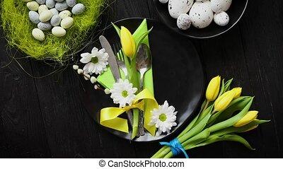 wielkanoc, wiosna, stół, dishware, skład, z, żółty tulipan,...