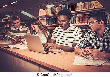 wielonarodowy, grupa, studenci, badając, uniwersytet, radosny, library.