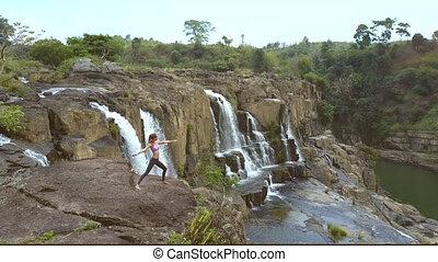 wierzchni, kamień, kobieta, yoga upozowują, wodospad, prospekt