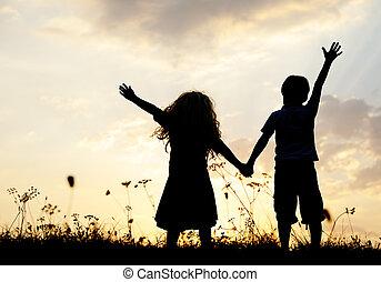 wiese, gruppe, silhouette, sonnenuntergang, sommerzeit, spielende kinder, glücklich
