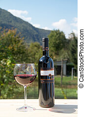 wijnglas, rode fles, wijntje