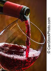 wijntje, stort, in, de, glas, van, de, fles