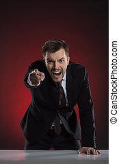 wijzende, boos, jonge, vrijstaand, het schreeuwen, terwijl, fototoestel, furieus, zakenman, boss., rood