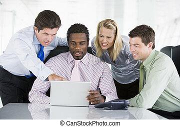 wijzende, draagbare computer, businesspeople, vier, raadzaal...