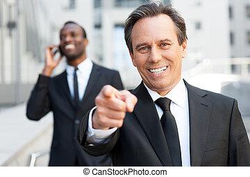 wijzende, zeker, beweeglijk, you!, u, klesten, terwijl, kiezen, achtergrond, afrikaan, glimlachende mens, senior, formalwear, telefoon