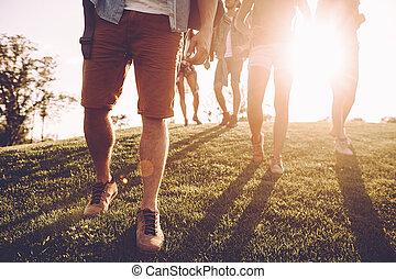 wilderness., close-up, eigen, mensen, wandelen, jonge, morgen, hun, door, weg, bevinding, rugzakken, uit