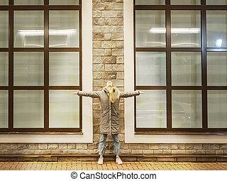 windows, edificio grande, brazos, ella, contra, lados, ...