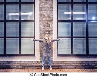 windows, grande, brazos, ella, azulado, contra, lados, ...