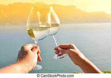 wineglases, twee, tegen, gebied, wijngaarden, holdingshanden, zwitserland, lavaux