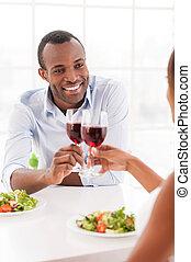wineglasses, モデル, 恋人, 若い, 一緒に, 朗らかである, 夕食, 一緒に。, 保有物, アフリカ, テーブル, 持つこと