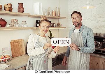 winkel, eigenaars, gezin, visitors., koffie, groet, hun