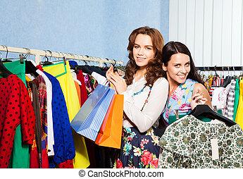 winkel, twee, vrouwlijk, vrolijke , vrienden, kleren
