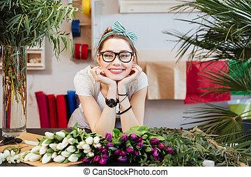 winkel, vrouw, tulpen, vrolijk, het verkopen, bloem, bloemist