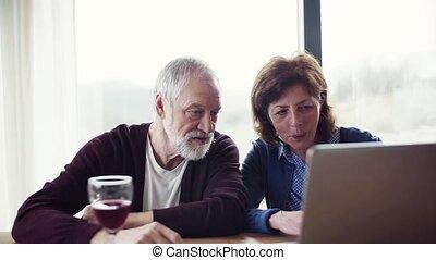 wino, portret, używając, być w domu, senior, laptop., para, dom
