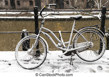 Winter Bike Utrecht - Bike along the canals in Utrecht in a...