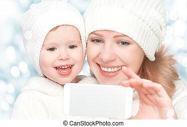 winter., figlia, famiglia, mobile, selfie, telefono, madre, felice, stesso, fotografato
