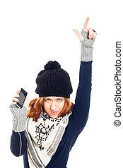 winter, frau, mit, smartphone, oben zeigen