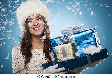 winter, frau, mit, weihnachtsgeschenke