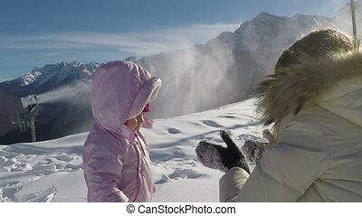 winter., montagnes, marche, sien, mère, ensoleillé, mouvement, lent, enfant, petit, jour