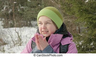 winter, op, jonge, warms, bos, handen, koude, meisje