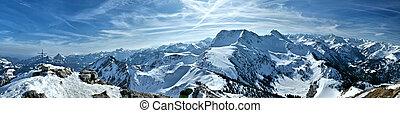 Winter Panorama - Blick auf die schneebedeckten Berge der...