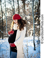 Winter Pregnancy - A beautiful outdoor pregnant woman ...