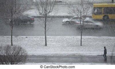 winter, schneefall, autos, a, langsam, fahren, entlang,...