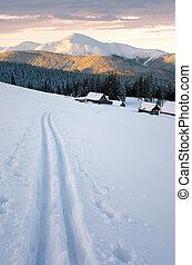 winterlandschaft, mit, a, fahren ski spur, und, berg, hütten