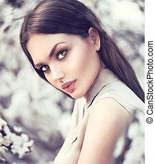 wiosna, fason, dziewczyna, outdoors, w, rozkwiecony, drzewa., piękno, romantyk, kobieta