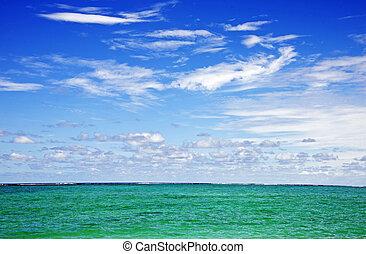 wispy, nuages, sur, turquise, océan indien